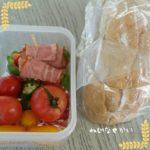 玄米の大判ブレットとトマトサラダの弁当