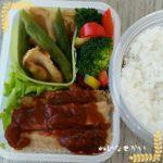 ミートローフ弁当に色鮮やかなサラダ野菜を添えて。