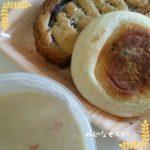 豆乳シチューと総菜パンの弁当。花園フォレストで人気のブルーベリーパンのトーストだよ。